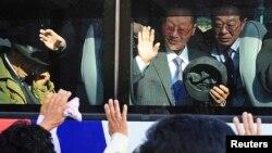 지난 2010년 금강산에서 열린 이산가족 상봉행사를 마치고 남한 측 참가자들이 버스를 타고 떠나고 있다.