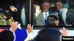 Những người Nam Triều Tiên trên xe buýt chia tay thân nhân ở miền Bắc sau cuộc đoàn tụ gia đình tạm thời tại khu du lịch trên núi Kim Cương ở Bắc Triều Tiên, 5/11/2010