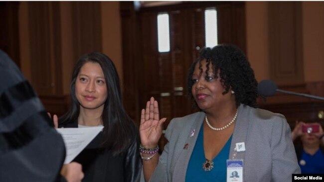 Bà Bee Nguyen và bà Kim Schofield cùng tuyên thệ nhậm chức dân biểu hôm 31/12/2017. (Facebook Bee Nguyen)