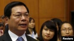 Bộ trưởng Bộ Công Thương Vũ Huy Hoàng (trái) phát biểu trước truyền thông sau một cuộc họp báo ở Hà Nội, ngày 4 tháng 8 năm 2015.