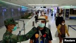 ထုိင္းႏုိင္ငံ ဖူးခက္ေလဆိပ္တြင္ ခရီးသည္မ်ားအား ကုိယ္အပူခ်ိန္ တုိင္းတာစစ္ေဆးေနသည့္ ျမင္ကြင္း။ (မတ္ ၉၊ ၂၀၂၀)