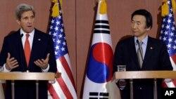 존 케리 미국 국무장관(왼쪽)과 윤병세 한국 외교장관이 12일 서울 외교부 청사에서 공동 기자회견을 갖고 있다.