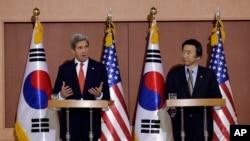 美國國務卿克里與韓國外交通商部長官尹炳世一同對媒體發表講話。