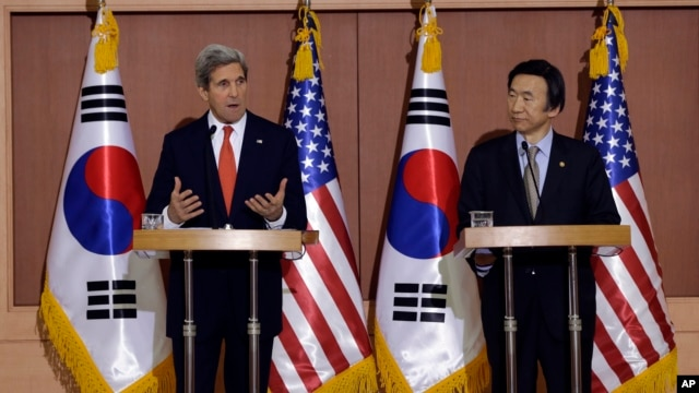 U.S. Secretary of State John Kerry, left, answers reporters' question as South Korean Foreign Minister Yun Byung-se listens during a joint press conference at Foreign Ministry in Seoul, South Korea, April 12, 2013.
