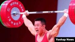 폴란드 바르샤바에서 열리고 있는 2013 세계역도선수권대회에서 지난 24일 북한 김은국 선수가 남자역도 62kg급 끌어올리기(인상) 종목에서 금메달을 차지했다. (자료사진)