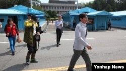 지난달 불법으로 북한에 들어간 혐의로 억류됐던 한국민 2 명이 17일 판문점에서 한국의 관계 당국에 인계됐습니다. 이들은 59살 남성 이모 씨(왼쪽 2번째)와 51살 여성 진모 씨(왼쪽)로, 부부 사이인 것으로 알려졌다.