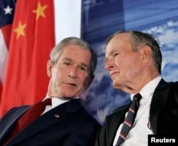 2008年8月美国总统乔治·W·布什与他的父亲,前美国总统老布什在北京参加了美国驻北京大使馆新馆的开馆仪式。