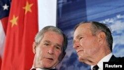 2008年8月8日,時任美國總統的小布什與前總統老布什出席美國駐華大使新館落成典禮(路透社)