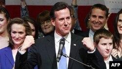 ریک سنتروم، سناتور سابق پنسیلوانیا با هواداران خود در اوهایاو صحبت می کند.