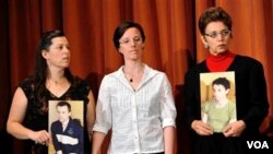 Sarah Shourd (tengah) diapit ibu dari kedua tahanan lain, ibu dari Shane Bauer (kiri) dan ibu Josh Fattal (kanan).