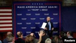 도널드 트럼프 공화당 대통령 후보가 6일 뉴햄프셔주 샌다운 타운홀 행사에서 최신 지지율조사 자료를 읽은 뒤 청중에게 던지고 있다.