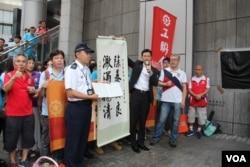 香港工联2019年6月25日傍晚到警察总部慰问警察,手持麦克风者为会长吴秋北 (美国之音申华拍摄)