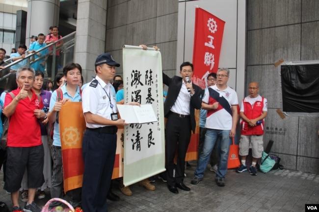 香港工聯2019年6月25日傍晚到警察總部慰問警察,手持麥克風者為會長吳秋北(美國之音申華拍攝)