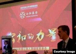 卢百可荣获中国民间组织《公和基金会》2014年度公和人物奖。这是他在北京颁将会上发言(卢百可提供)