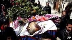 지난달 28일 시리아군 폭격에 사망한 홈스 시민의 장례식.