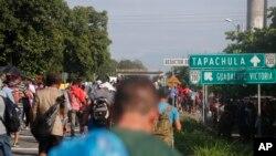 Migrantes centroamericanos marchan al norte hacia la ciudad de Tapachula, después de dejar Ciudad Hidalgo en México, el domingo 21 de octubre del 2018.