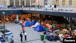 Para migran tidur di stasiun kereta Keleti di Budapest, Hungaria, Kamis (3/9).