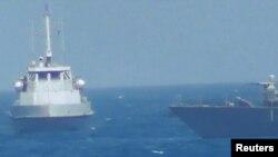 FILE - Kapal Iran berdekatan dengan kapal patroli AL AS USS Thunderbolt (R) di Teluk Persia.
