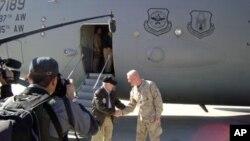 جنرل رچرڈ ملز وزیر دفاع رابرٹ گیٹس کا قندھار پہنچنے پر استقبال کررہے ہیں
