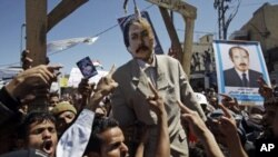 Anti-government protesters with an effigy of Yemeni President Ali Abdullah Saleh, Sanaa, Yemen, Oct. 15, 2011.