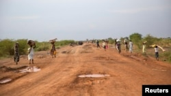 Civilians flee from renewed attacks in Bentiu, Unity state of South Sudan, April 20, 2014.