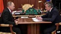 Владимир Путин и глава Внешэкономбанка Сергей Соколов