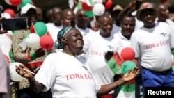 Wafuasi wa chama tawala cha Burundi - CNDD-FDD), wakidansi katika mkutano wao wa mwisho kabla ya kura za maoni kupigwa Bujumbura, Burundi, Mei 14, 2018.