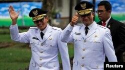 Anies Baswedan (kanan) dan Sandiaga Uno sebelum acara pelantikan/sumpah jabatan di Istana Presiden di Jakarta, Senin 16/10 (Foto: Reuters).