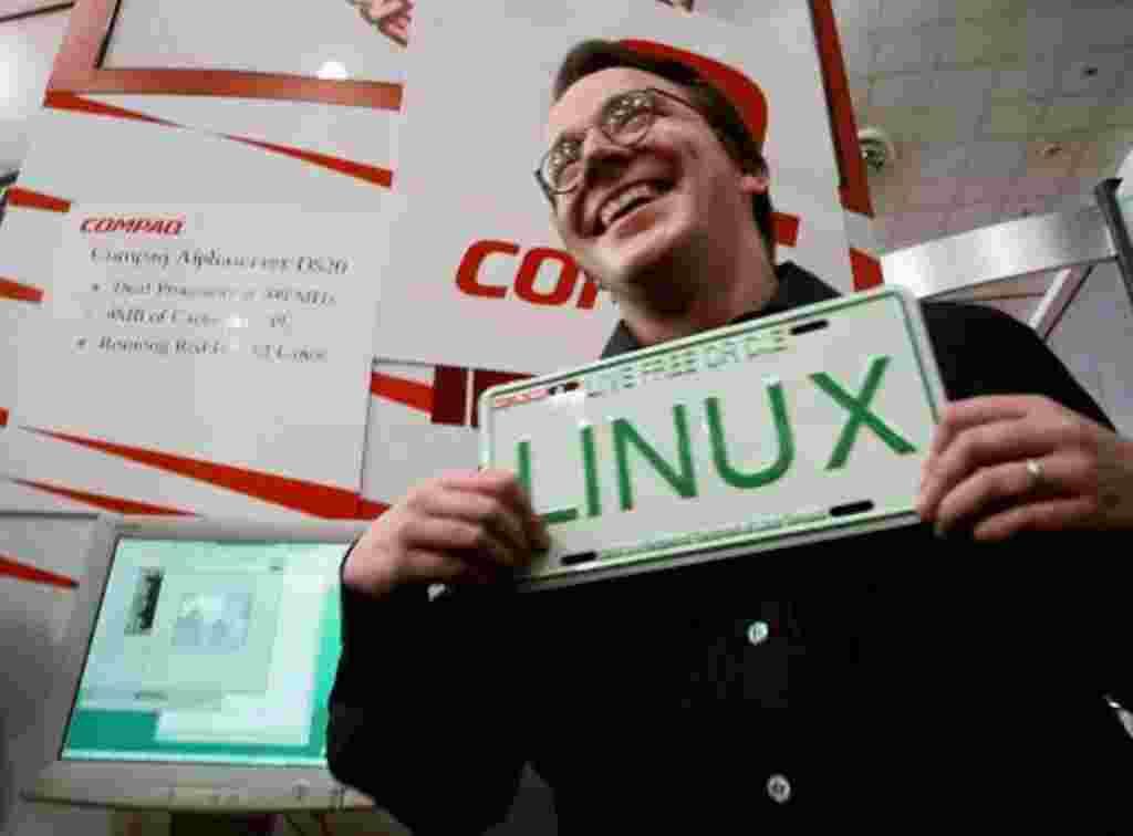 Linux cumple veinte años. Linus Torvalds, creador del sistema operativo Linux, sostiene una placa con el nombre de Linux en él, en la exhibición de la Conferencia Mundial de Linux en el centro de San José, California, en 1999.