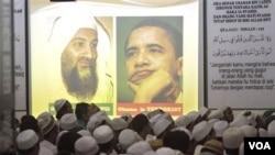 Para pendukung Front Pembela Islam (FPI) melakukan doa bersama bagi Osama bin Laden (foto: dok). Dukungan masyarakat Indonesia terhadap organisasi dan tindakan radikal dinilai menurun.