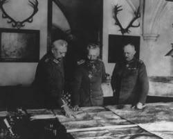 From left, General Paul von Hindenburg, Kaiser Wilhelm II and General Erich Ludendorff examine maps