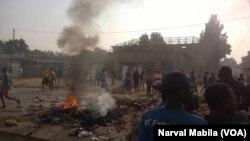 De la fumée s'élève à Lubumbashi, en RDC, le 31 août 2017. (VOA/Narval Mabila)