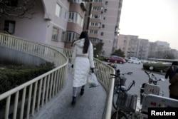 中国网络女主播娴龔(音)走回她在北京的公寓。(2015年2月10日)