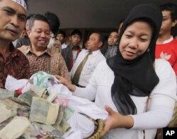 Prita Mulyasari dan sumbangan dari para pendukungannya untuk membayar denda yang dituntut oleh RS Omni International.