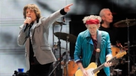 Mick Jagger (L) and Keith Richards perform onstage during the Rolling Stones final concert of their
