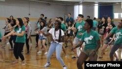 杜克大学的国际学生在学期开始前参加活动和新生们一起联络情感 (资料照片)