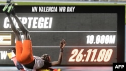Joshua Cheptegei célèbre son record mondial sur 10.000m, à Valence, Espagne, le 7 octobre 2020.