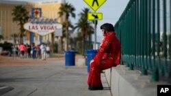 Ông Ted Payne, 54 tuổi, là một người chuyên cải trang thành Elvis để chụp hình với du khách lấy tiền.