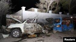 Quelques épaves de véhicules détruits dans l'explosion d'une voiture piégée à Mogadiscio, Somalie, 25 août 2016.