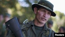 El comandante Ancízar lee un comunicado de las FARC confirmando que el periodista francés Romeo Langlois es prisionero de guerra.