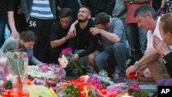 Ožalošćeni gradjani odaju poštu stradalima u blizini tržnog centra Olimpija gde je ubijeno 9 osoba
