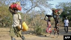 Cуданська родина в дорозі до табору біженців
