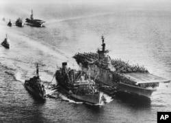 历史照片:游弋在中国附近海域协防台湾的美国海军第七舰队。(1955年1月27日)