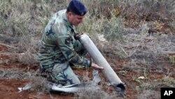 Vojnik ispituje ostatke rakete koja je pogodila severni deo Izraela