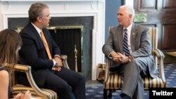 Archivo. El vicepresidente de EE.UU., Mike Pence, (derecha) y el presidente de Colombia, Iván Duque, conversan durante durante una visita del entonces presidente electo colombiano a Washington el 5 de julio de 2018.