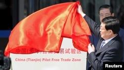 中共天津市代理书记兼市长黄兴国在中国(天津)自由贸易试验区揭幕仪式上(路透社图片,2015年4月21日)