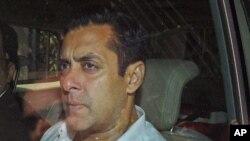 Salman Khan yana zaune a cikin mota