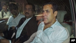 Bintang film Bollywood Salman Khan (kanan) duduk di dalam sebuah mobil di luar pengadilan Mumbai, India (Foto: dok).