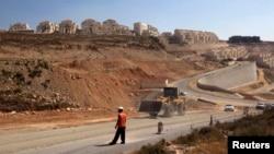 Seorang pekerja di lokasi konstruksi dekat Beitar Illit di Tepi Barat (foto: dok).