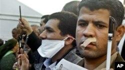 23일 이집트 수도 카이로에서 새 헌법 초안에 반대해 시위하는 언론인들.